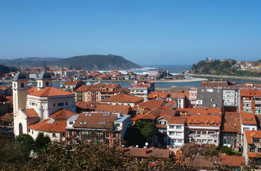 Turismo en Ribadesella: panorámica de la villa con el mar al fondo